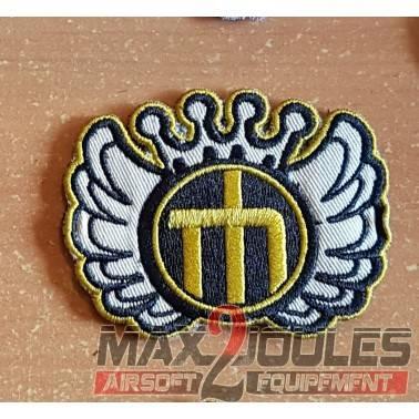 patch velcro one piece logo jaune sur fond aile avec couronne